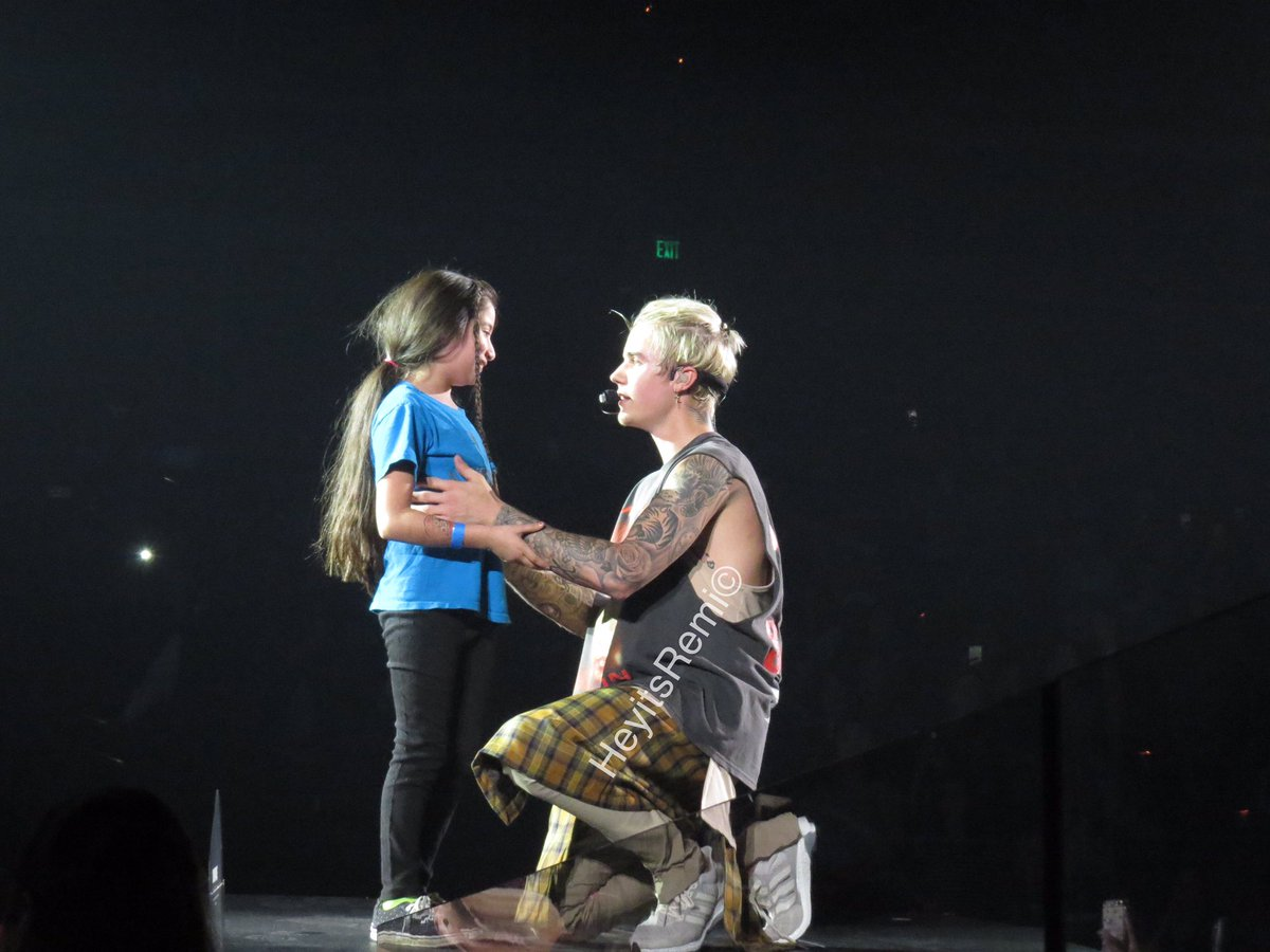 Justin with the little girl that he picked up from the pit! So cute. #PurposeTourSacramento https://t.co/TVyrSIzkJS