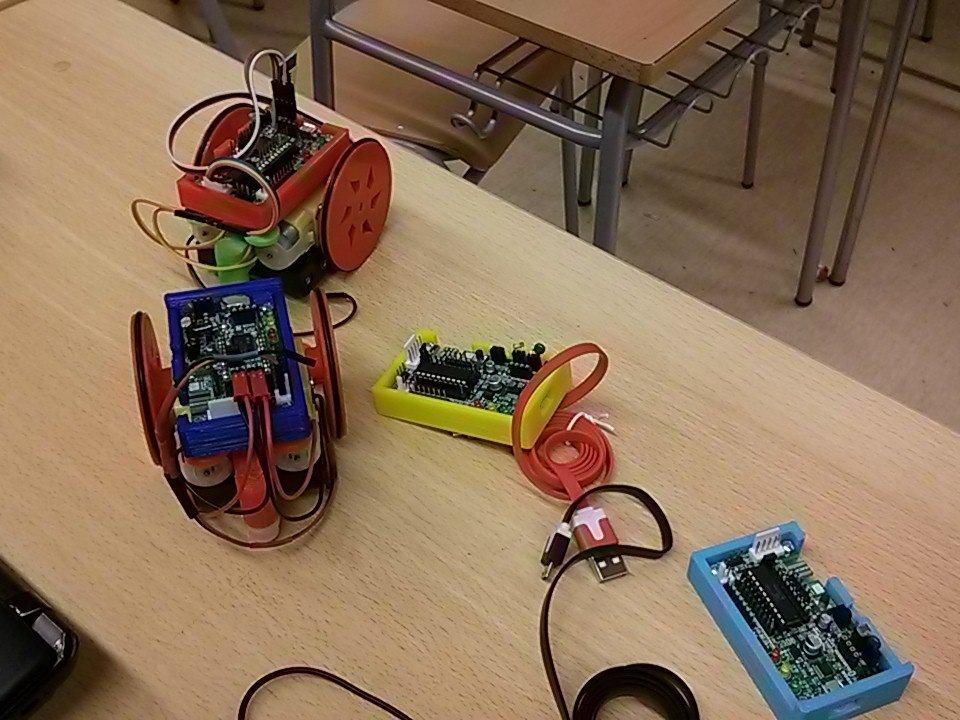 Tercera sessió del seminari de robòtica de secundària @INSPallaresos #roboticatgn #scratch #picaxe #arduino https://t.co/jBgEHBiQ5g