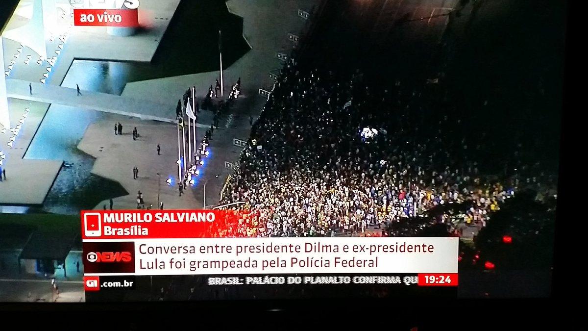 CRISE -  + 2.500 manifestantes na frente do Palácio do Planalto contra nomeação de Lula e pedem impeachment de Dilma https://t.co/4NqrDUdYRj