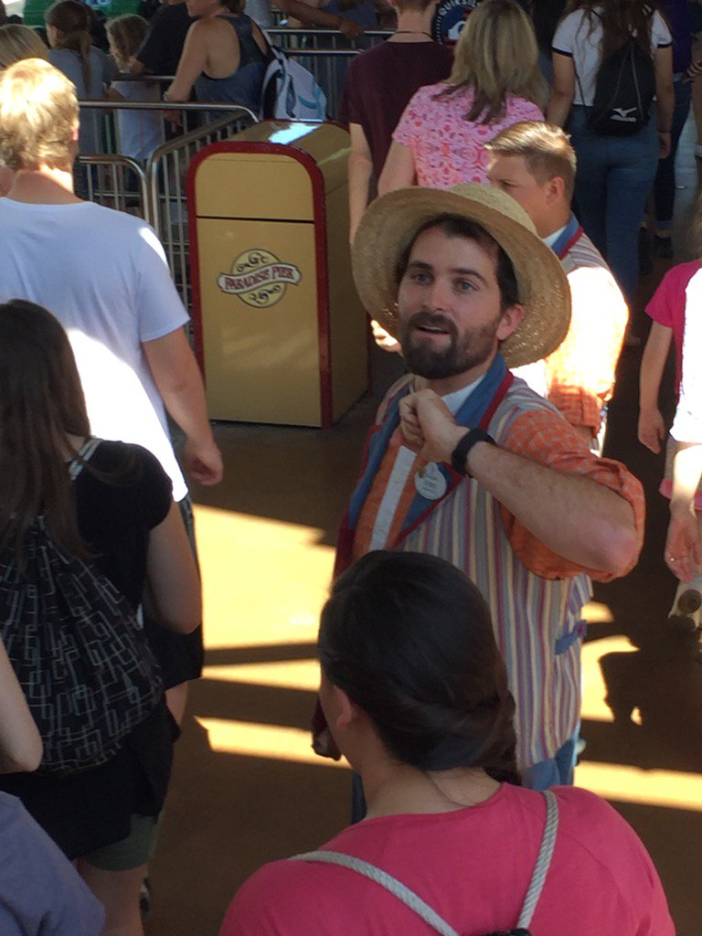 I think I just saw Kevin Love working at Disneyland. https://t.co/djAYNasK4F