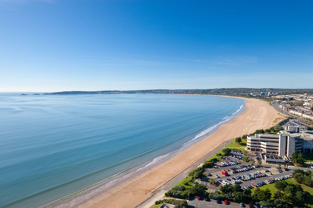 It's no wonder Swansea beach has got a top award – it looks amazing today :-) https://t.co/5ssuFoOh0u https://t.co/294StLaisc
