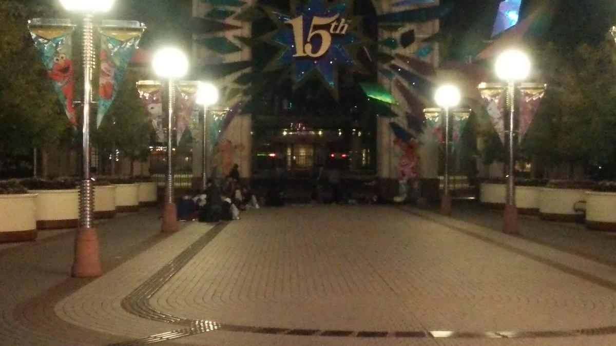 3/17(木)22:28撮影 #USJ イースト・ゲート前 既に、30人ほどが、明日の開門待ちをしている! https://t.co/FO1LQxYbDm