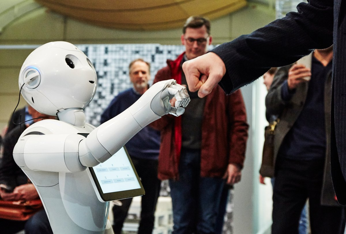 Who said you can't be friends with robots? #CeBIT https://t.co/q4OByG0yCm