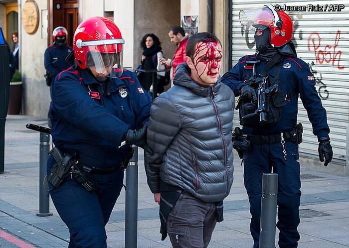 Lau gazte atxilotu dituzte Iruñean eta zazpi Gasteizen #M17altxa protesten harira https://t.co/uAHhxbIPme https://t.co/G3D3C4Oi75