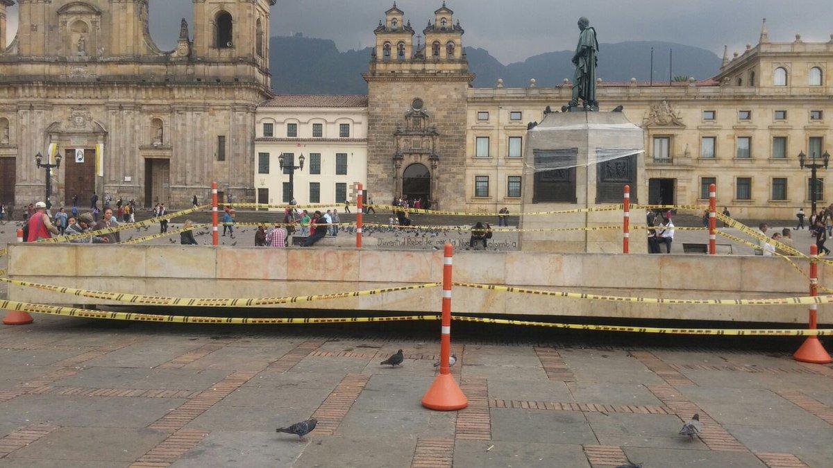 No hay derecho!!! Hace 20 días la Alcaldía limpió la Plaza de Bolívar, hoy algunos protestantes la pintaron así: https://t.co/7VlkYDgDiN