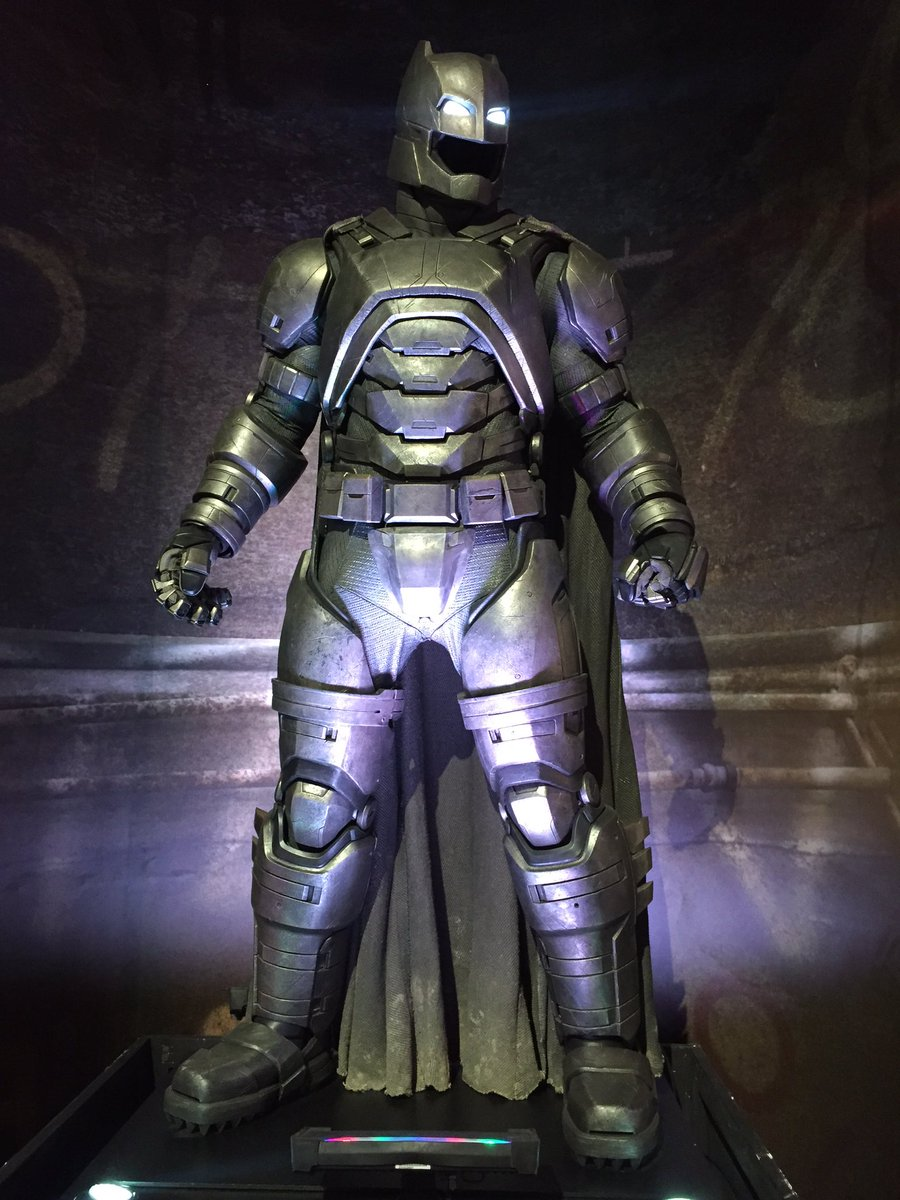 Batman's armored suit is amazing in person!! @BatmanvSuperman #BatmanvSuperman https://t.co/VdKDjhXsiF