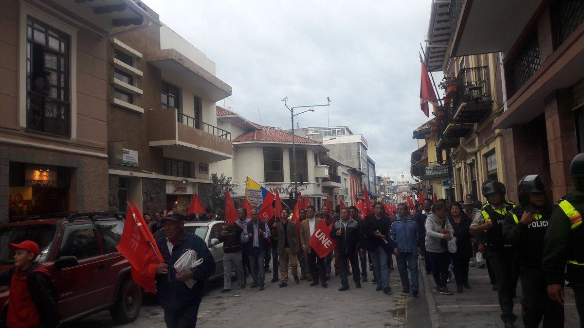 """""""Fuera Correa fuera"""" gritan los manifestantes mientras se dirigen al Parque Calderón #17MCuenca https://t.co/YdNqOsspPA"""