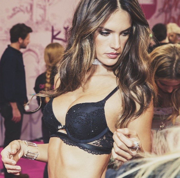 RT @AngelAlessandra: #TBT Backstage #VSFashionShow ???? @VictoriasSecret https://t.co/ClWTx1Uv81
