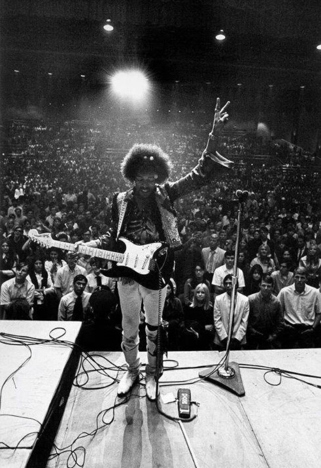 A look at Jimi's simple stage setup in Bakersfield, California, circa 1968. Photograph by Ron Raffaelli. https://t.co/AWYocAtdzf