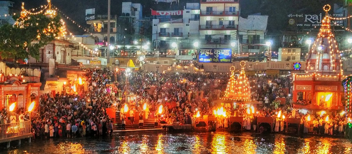 Missed carrying DSLR......got the best view of ganga aarti ever #mobilepic https://t.co/6417wGgHuy