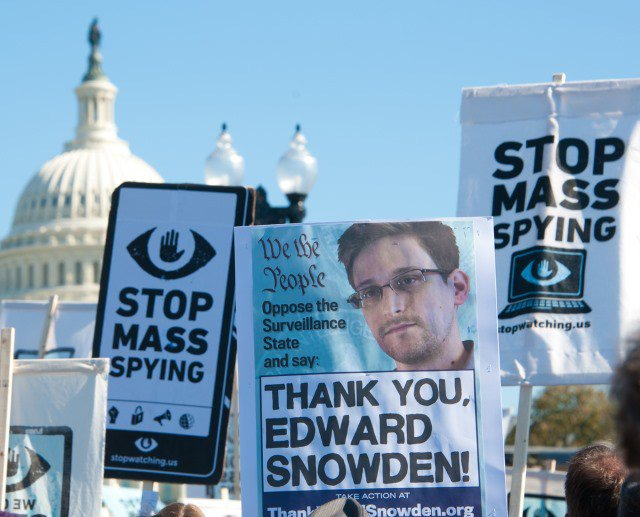 Snowden: I couldn't trust Microsoft so I used free software like Tor, Tails and Debian https://t.co/7zCIbiq2L2 https://t.co/8Zm4MQRy0K