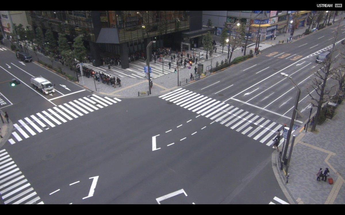 待機列最後尾が交差点にまで到達。 #akiba https://t.co/F1qDfbXSGL https://t.co/3jyZ7o6Zgj