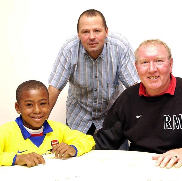 Such a great photo of @alexiwobi signing for @Arsenal as a seven-year-old. https://t.co/A0WRgN8IRc
