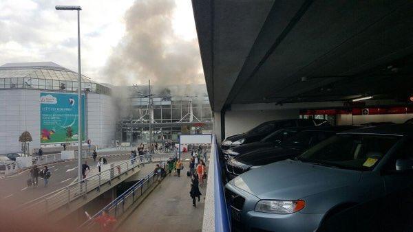 2 bruits d'explosions à l'aéroport de #Bruxelles.  2 explosions at #Brussels airport.  #Belgique #Belgium https://t.co/kvkJLeoOb6
