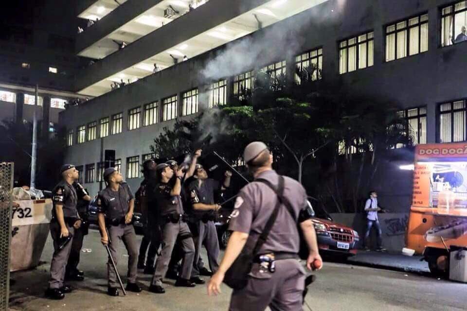 A @PMESP atirando pra cima, pro prédio da PUC. (Cena de ontem) https://t.co/2CrJzms1cX