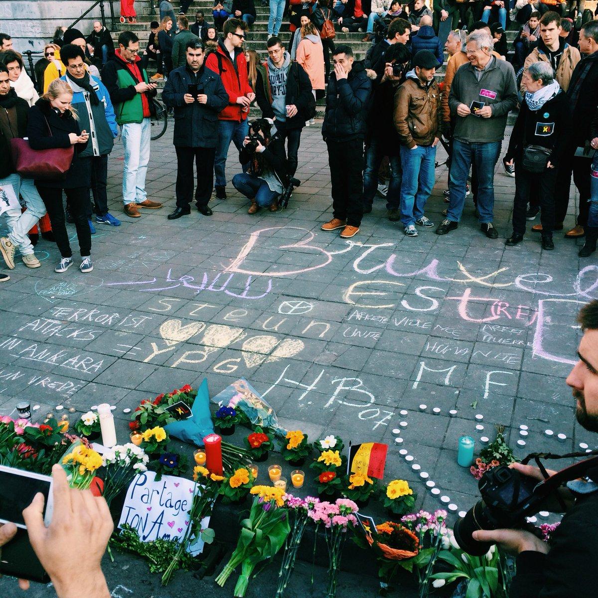 Brusselaars verzamelen op het Beursplein om met krijt boodschappen op de grond te schrijven. Dit is mooi en warm. https://t.co/8rSjigntMB