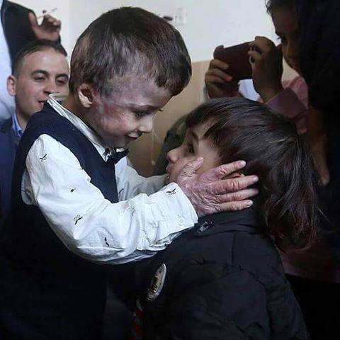 #صورة .. الطفل أحمد دوابشه ، الناجي الوحيد من عائلته بعد حرقها من الإرهابيين الصهاينة يلتقي صديقه . https://t.co/UX897Qga71