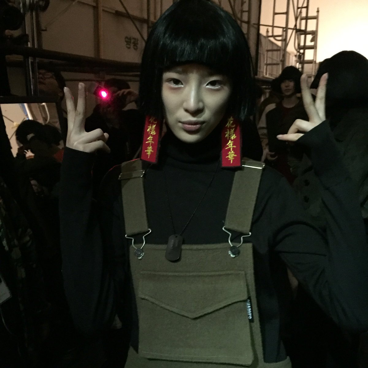 Beauty @ireneisgood backstage @ #Charms show substituting a black wig to her usual rainbow hair! #Seoulfashionweek https://t.co/9r5LN9N5o8