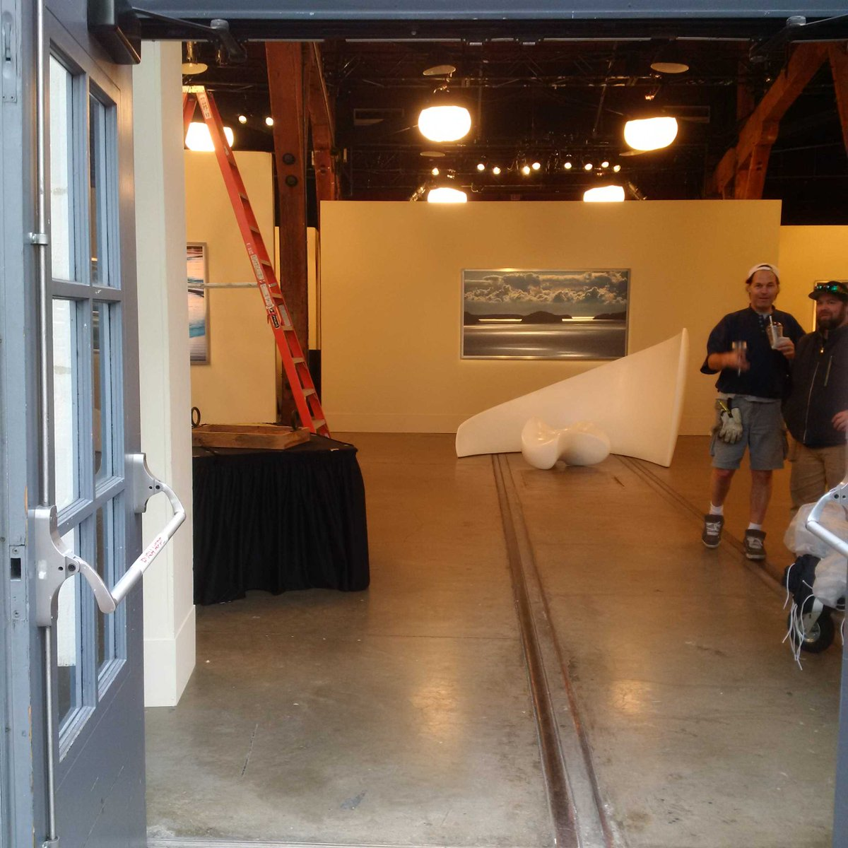 Here's a better look at 'Jose's gallery' opening. The set-dec guys were not pleased. #fiftyshades update https://t.co/CKzN6jfhcf