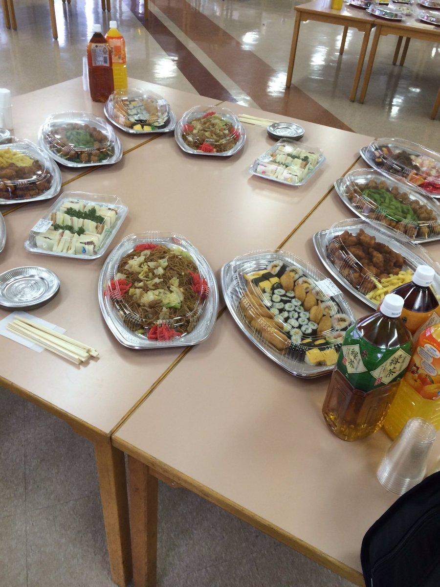 前回の立食パーティーの出し物です。パーティー要素…0!町内会の飲み会レベル https://t.co/m2Z5daDsaw