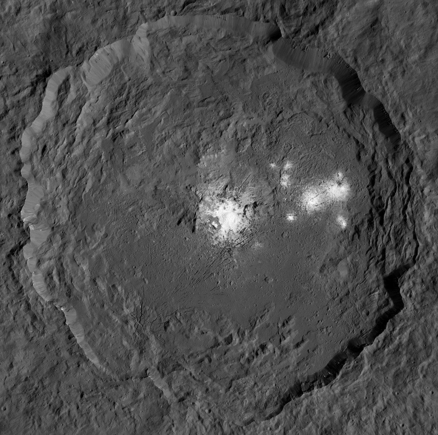 """Neue @NASA_Dawn-Bilder zeigen auch """"Hellen Fleck"""" im Occator-Krater detailliert wie nie. /mb (Bilder: NASA/JPL/DLR) https://t.co/fjddBkO3Je"""