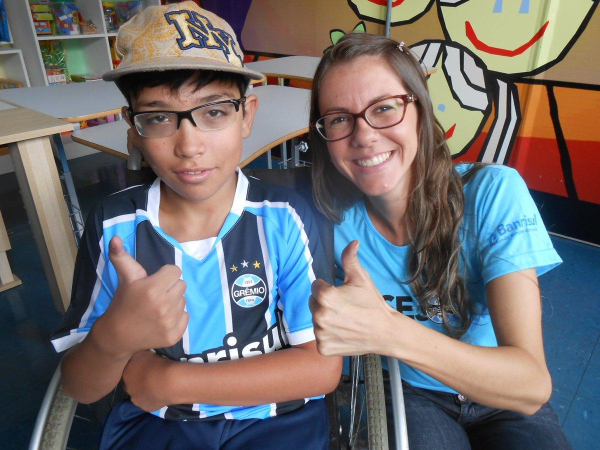 A voluntária Aline Vogt ajudou a dar uma camiseta do @gremio para Matheus e transformou seu dia muito mais feliz. https://t.co/qNVq8hj8S8