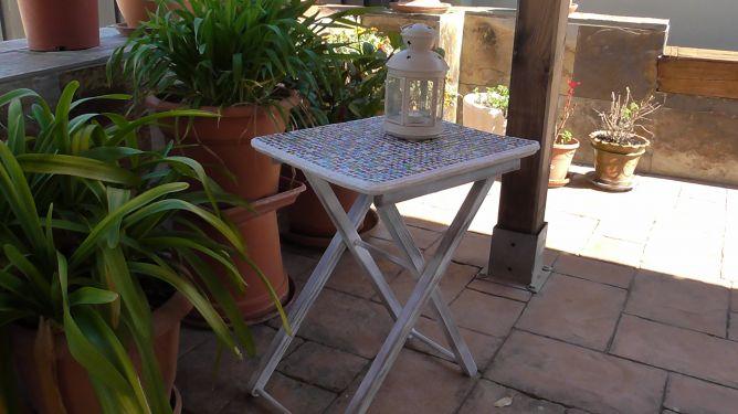 Mesa restaurada con teselas