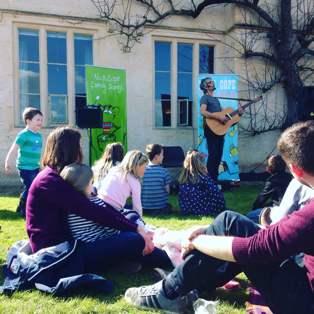 Glorious songs from @nickcope4 in the glorious sunshine @CoggesWitney today #GOODFriday https://t.co/WY1B0uaOxT