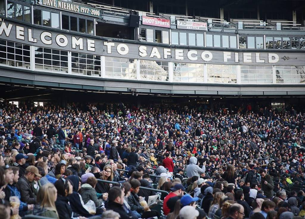 Thousands gathered at Safeco Field to hear presidential candidate Bernie Sanders speak Friday, March 25, 2016. Phot… https://t.co/08WjXD0If5