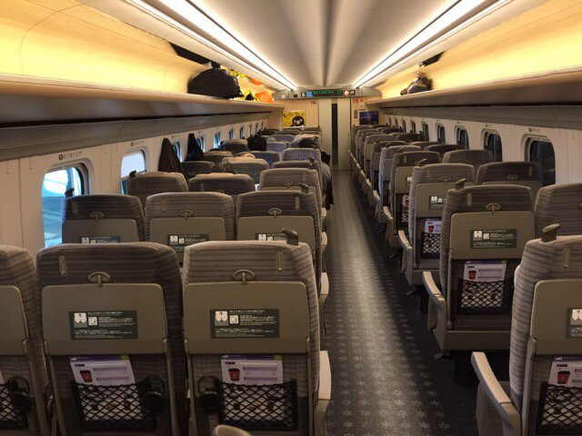ガラガラの北海道新幹線はやぶさ10号東京行き。バブルは1日ではじけました…涙 https://t.co/LrbqFJwnCs