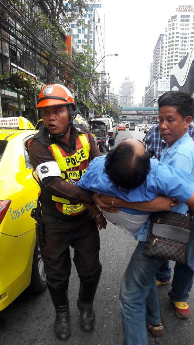 คนขับแท็กซี่วัย68ปี หมดสติขณะขับรถ บน ถ.เพชรบุรี ผู้โดยสารวิ่งร้องขอความช่วยเหลือ แต่ไม่ทัน คนขับเสียชีวิต https://t.co/VZVkG5YRiZ