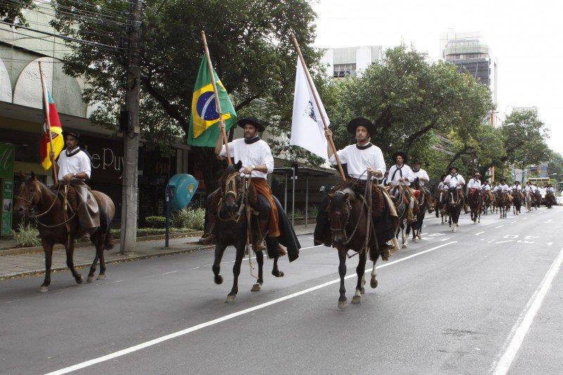 Cavalgada em Porto Alegre reúne militantes em favor do impeachment de Dilma https://t.co/OfGv7n2O62 https://t.co/XBLLiTJBoB
