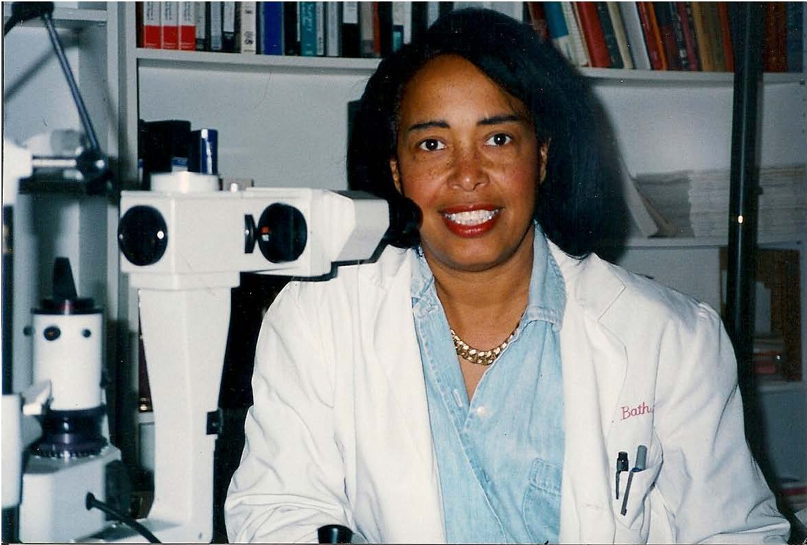 "Patricia Bath is the first Black woman doctor to patent an invention with her ""Laserphaco Probe"" in 1988. #WHM2016 https://t.co/tyfMjmxOvE"