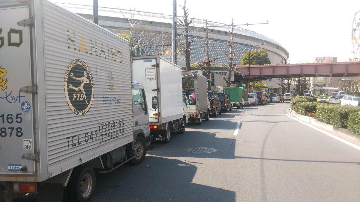 明後日からの μ's Final のために、東京ドーム脇の道路では、入庫待ちの花屋の車が行列を作っていた。おそるべしラブライバーw https://t.co/KZ8OCJY58d