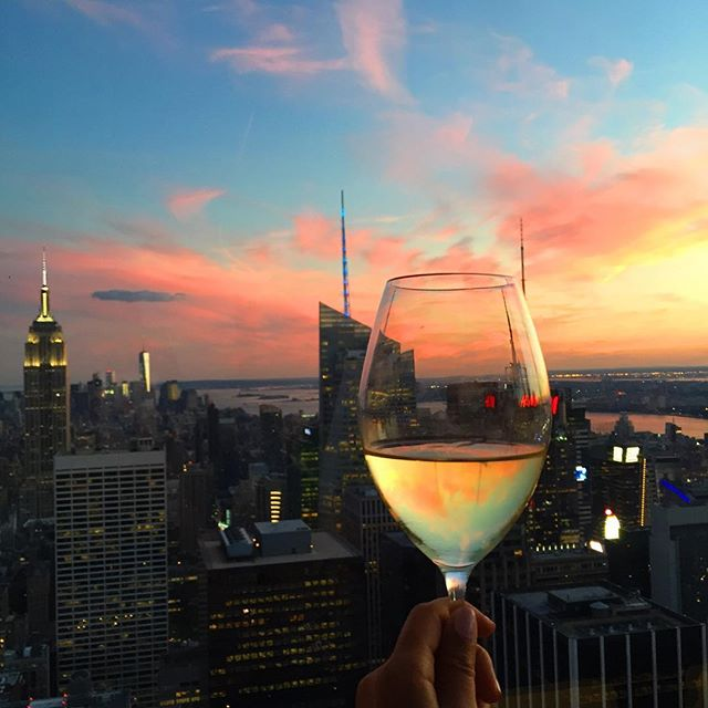 NYC tip: Head to @SixtyFiveNYC's Rainbow Room in 30 Rock an hour before sunset. (photo @extrapetite) #TravelTuesday https://t.co/tfJ1EnWBIy