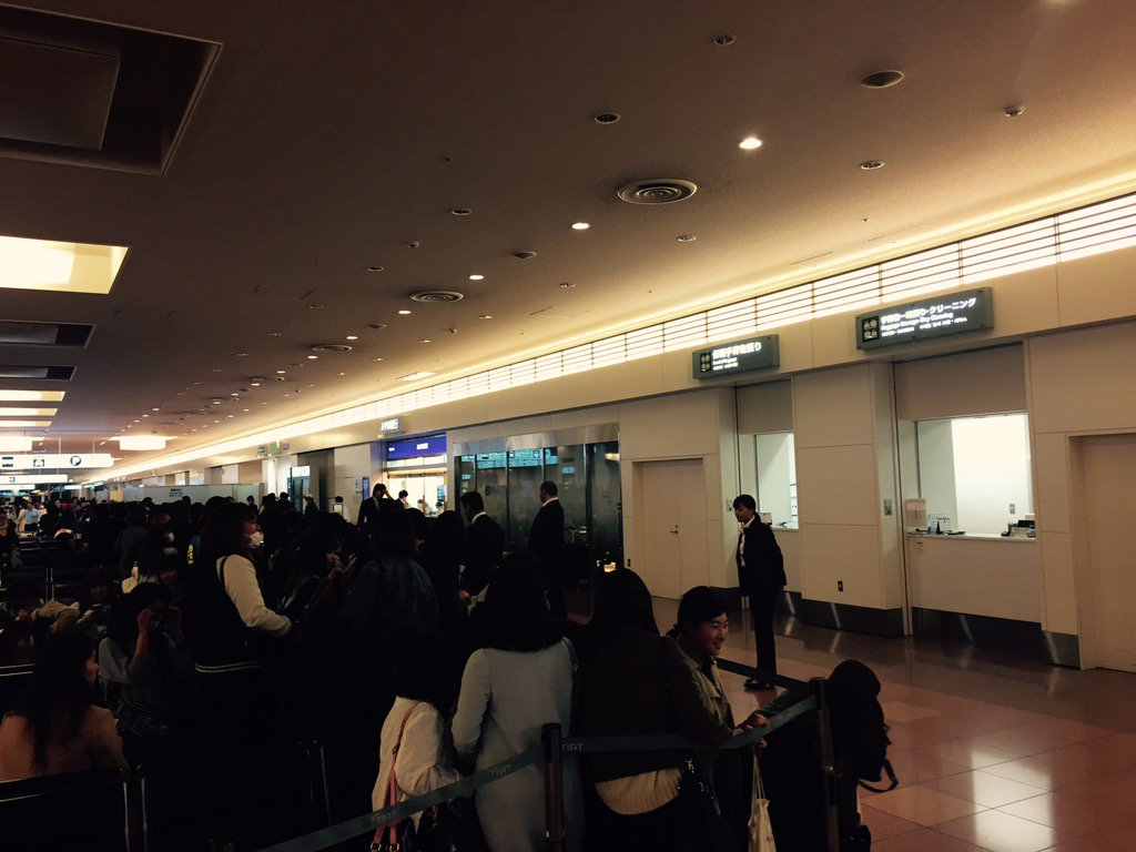 羽田空港で、偶然ギョンスとジョンデの出待ちに遭遇〜〜。すぐそば通りました。 https://t.co/ACruGDMHyC