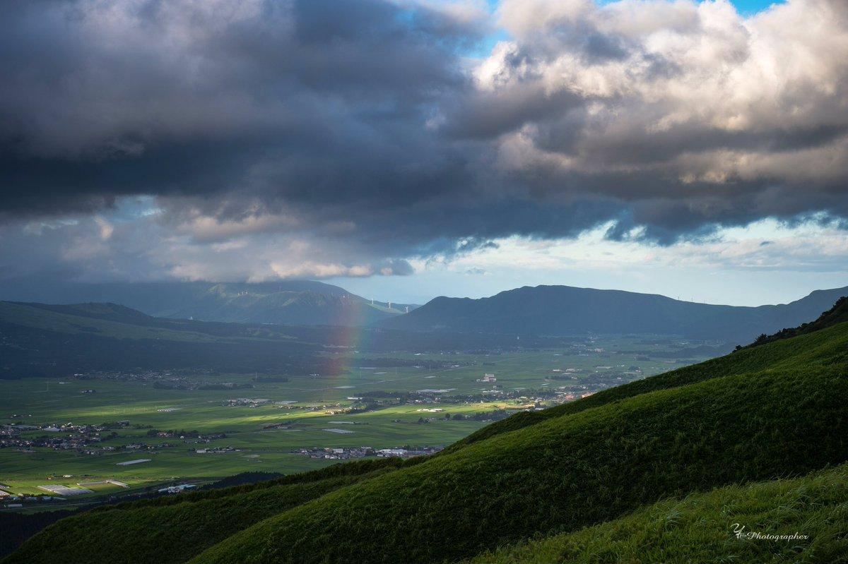 阿蘇は最高です。1枚目は大観峰から阿蘇にかかる虹2枚目は阿蘇山から熊本市内と天の川3枚目はラピュタの道から阿蘇の夜景4枚