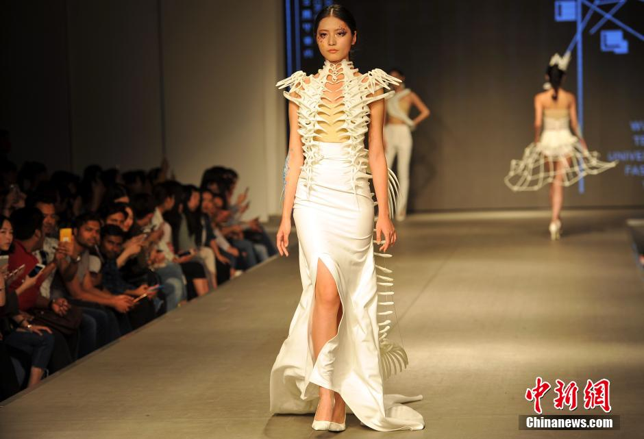 "【大学毕业生设计3D打印服装 将""骨骼""穿上身】Students in #Wuhan combine fashion and #3Dprinting https://t.co/yHlmv6VJFh"