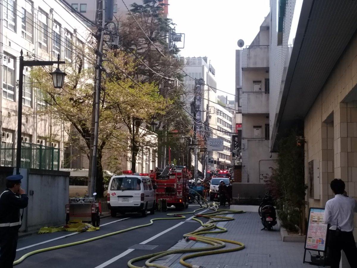 昼過ぎ、新宿の吉本本社で打ち合わせしてたら急な停電の後『火事だ~消防車呼んで~!』の叫び声とバタバタ走る音… 窓を開けたらモノ凄い煙が、すぐ30メートル前のゴールデン街から! あとはニュースの通りです… 写真は吉本の裏口から出た所。 https://t.co/1y4mDhkPsq