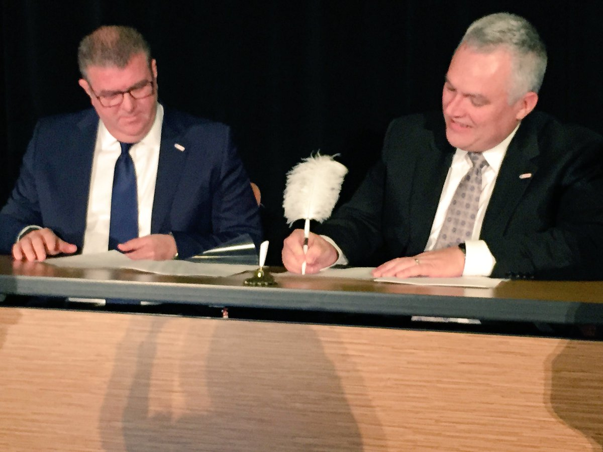 Official signing of @IFMA @RICSnews collaboration agreement on stage at #IFMAFF16 https://t.co/x3F14JWngj