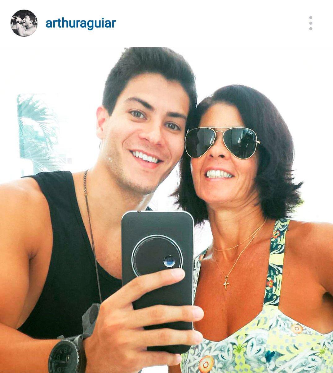 O @Aguiarthur está achando o Zenfone Zoom #RealmenteIncrível... E parece que a mãe dele também! <3 #chegamais8 https://t.co/F0tM9Lbv15