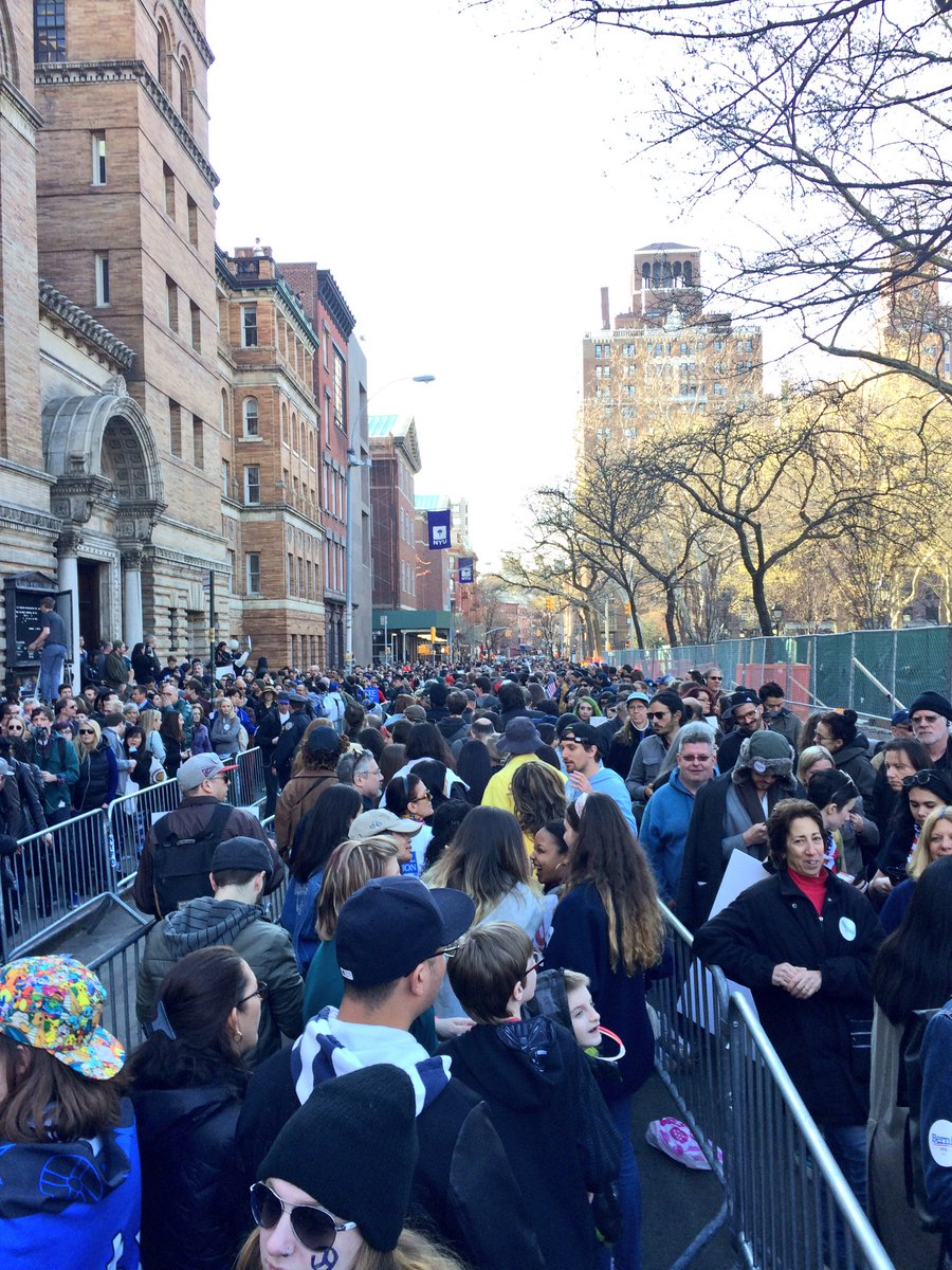 Lines as far as the eye can see in every direction for Bernie in Washington Square Park! #FeelTheBern https://t.co/K2vXGx6yR0