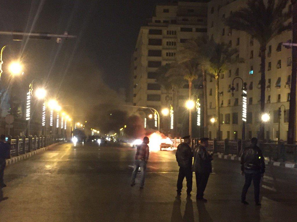 سائق تاكسي يشعل النار في سيارته منذ قليل في شارع القصر العيني لتعثره في سداد أقساطها. فيديو بعد قليل https://t.co/W1CpPm9zUm