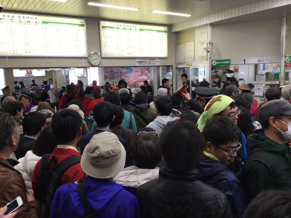 茅野駅は大混雑中。切符購入も長蛇の列。ホームがいっぱいで入場制限中とか。御柱、おそるべし。 https://t.co/0XhjJC8dV8