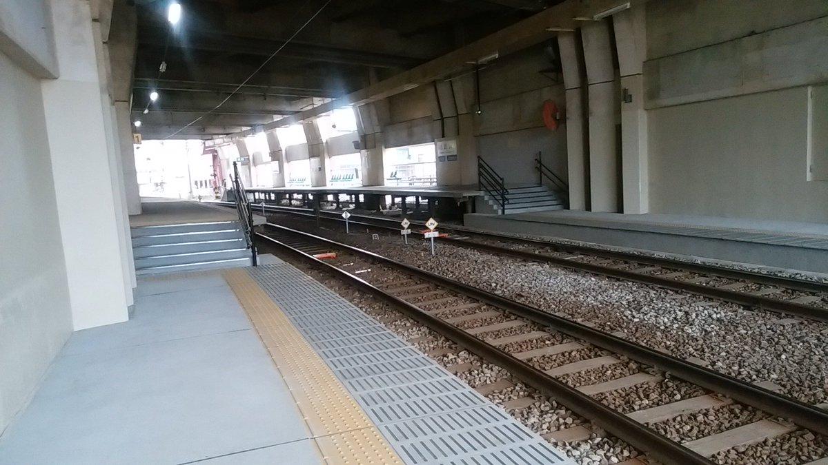 福大前西福井なう。いくら低床プラットフォームを整備したところで、そこから駅の外に直接出られなければバリアフリー化の意味ないんだけどなあ。 #twitabi #LRT #lightrail https://t.co/UTS1MhmN0t