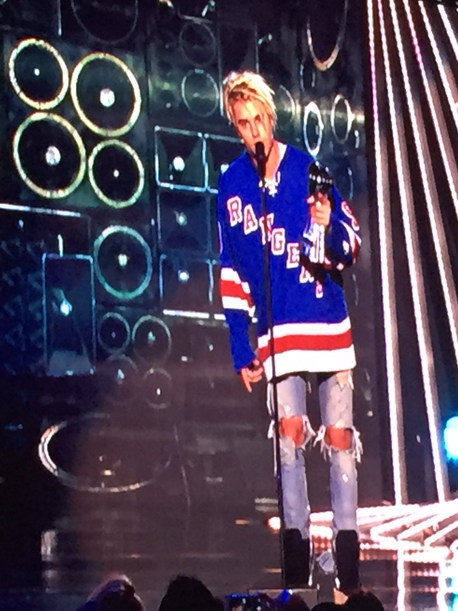 Congrats!!!!  @justinbieber WINNER!  Male Artist of the Year!  #iHeartAwards https://t.co/vUYquBZVww
