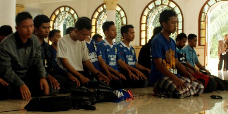 Ketika Aremania dan Bobotoh Sholat Berjamaah | https://t.co/Kji8QlvAQg https://t.co/hPXdHsGLR8