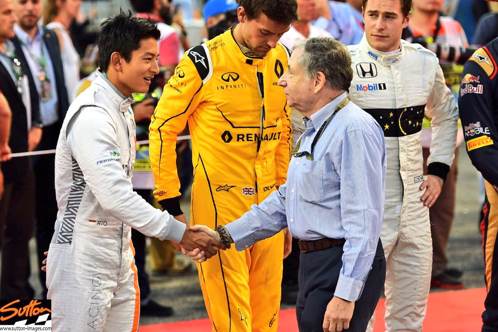 #f1 #themoment @f1 @BAH_Int_Circuit @SahabatRio @RHaryantoracing meets the president #JeanTodt @fia on the grid https://t.co/VV6mz5IpJf