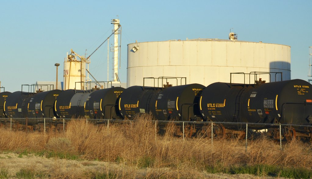 ICYMI: US oil storage tanks are so full some are starting to keep crude in idle railcars https://t.co/ssICwepuTd https://t.co/mXQ6y4sH4y