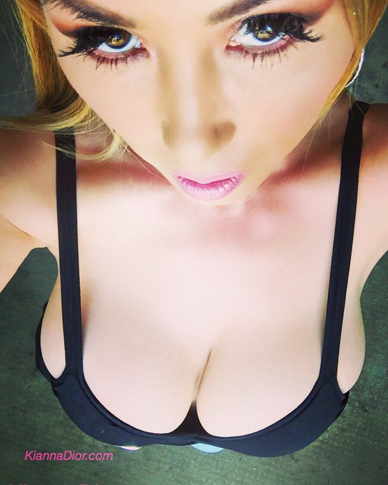Gmorning☀️ #mondaymotivation #cleavage #customvideo selfie xo https://t.co/bmtshPgKat